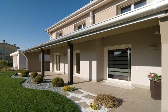 Porta a bilico verticale e portefinestre con serratura di sicurezza - Vertically pivoting door and French doors with security lock.