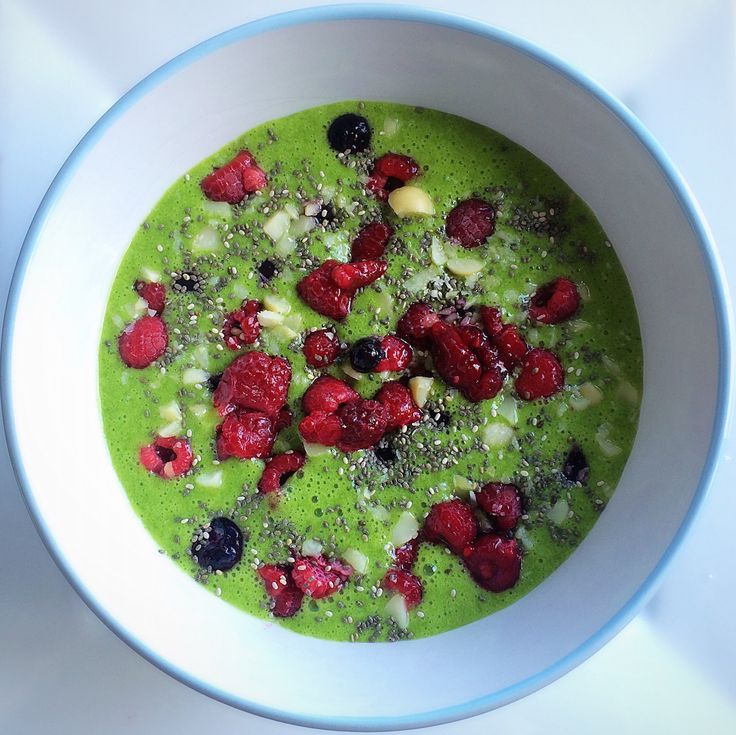 Super Green Smoothie Bowl with Spinach, Banana, Almond Milk, and Maple Syrup. Topped with raspberries, blueberries, chia seeds and more! Vegan and paleo.