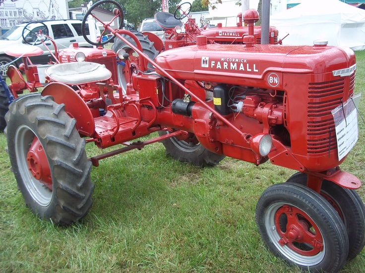 "Farmall B,narrow front with offset ""culti-vision"". Cool tractor"