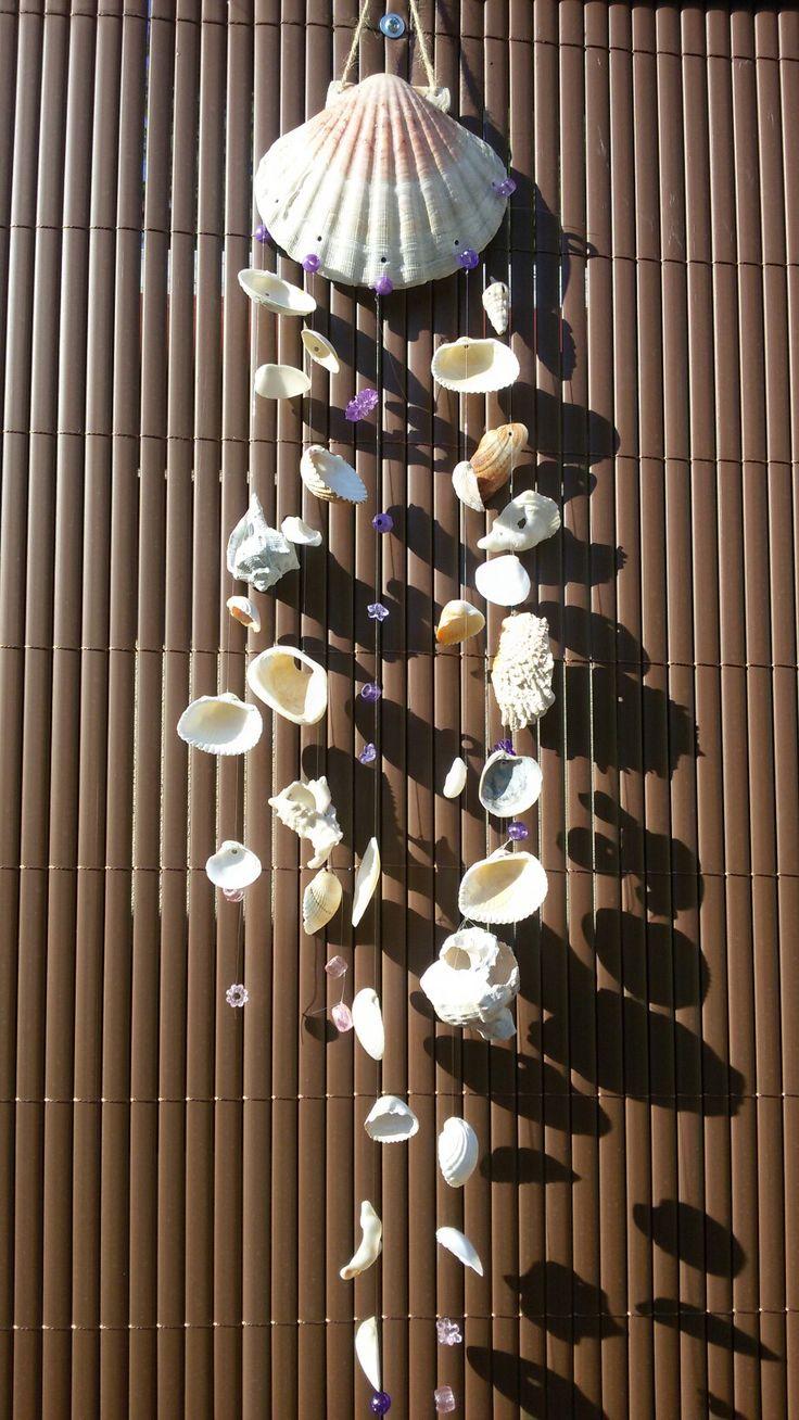 Závěs z mušlí a korálků  Mušle jsou provrtane malým vrtáčkem a postupně navlékány s korálky na vlasec.