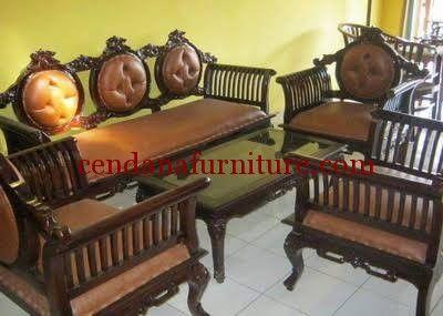 Set Kursi Tamu Sofa Kartini Jambu memiliki tampilan mewah terbuat dari kayu jati terdapat busa tebal dengan balutan kain jok oscar yang empuk dan nyaman.