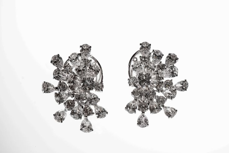 Earrings in white gold with brilliant and pear shape diamonds ct 12.68 color grade D/E