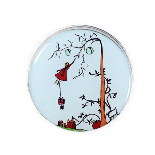 COLECCIÓN PRIXEL. Cajita de aluminio con ilustración de la Niña en el árbol. Tapa de rosca e ilustración protegida. Ideal para utilizar como pastillero, poner tus cremas favoritas (no se oxida), etc, y llevar en el bolso sin peligro de que se abra.  Dimensiones aproximadas Altura: 2,5 cm Diámetro: 4,6 cm