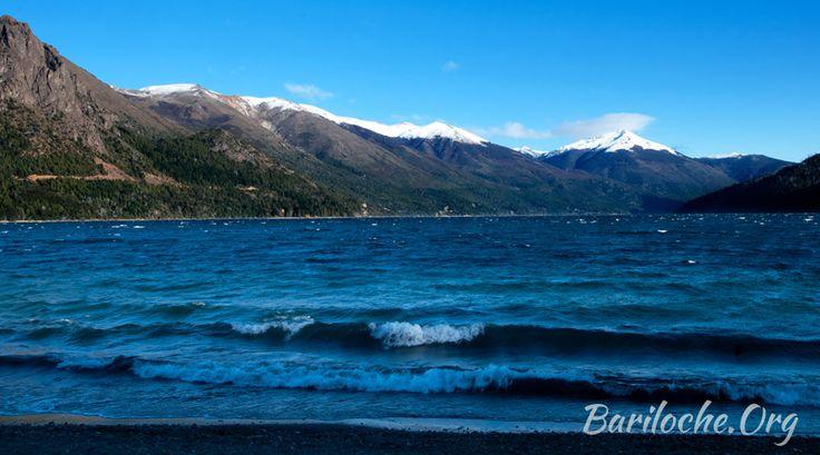 Buenos días! 2° BAJO CERO la temperatura actual en Bariloche.  La foto de la semana desde la costa del lago Gutierrez...
