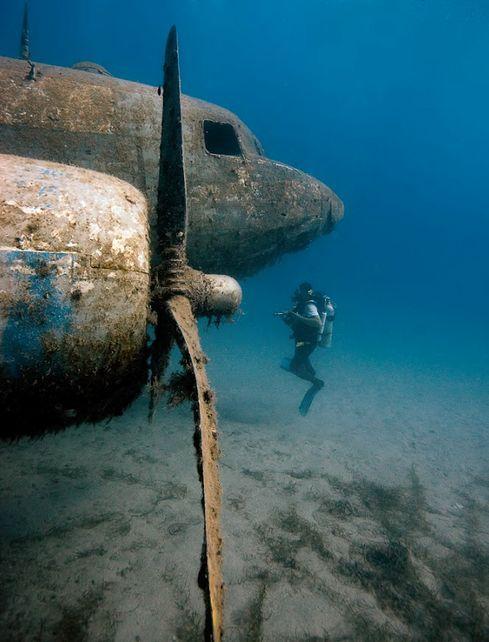Airplane under the sea  Avião sob o mar