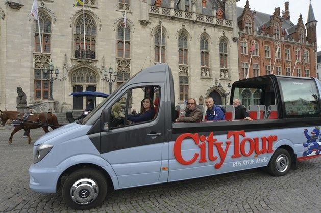 Sightseeing Line  In #Brugge werden de oude gele busjes van #Sightseeing_Line vervangen door blauwe exemplaren. De open dak formule is een extra troef.  De bezoekers worden voortaan  rondgegidst in echte cabrio minibusjes. Bij mooi weer schuiven de glazen zij- en dakpanelen open en kunnen de inzittenden de Brugse bezienswaardigheden in al hun glorie aanschouwen.   http://www.hotelnavarra.com/nl/info/601/Onze-tips.html… http://www.hotelnavarra.com/…/locaties/187/3/Brugge-per-min…
