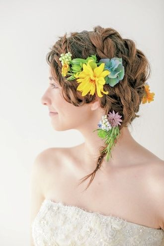 カラフルな生花で元気な印象に! 小花をちらした純真無垢なブレイズヘア 〜ラプンツェルみたいな花嫁衣装の髪型一覧〜