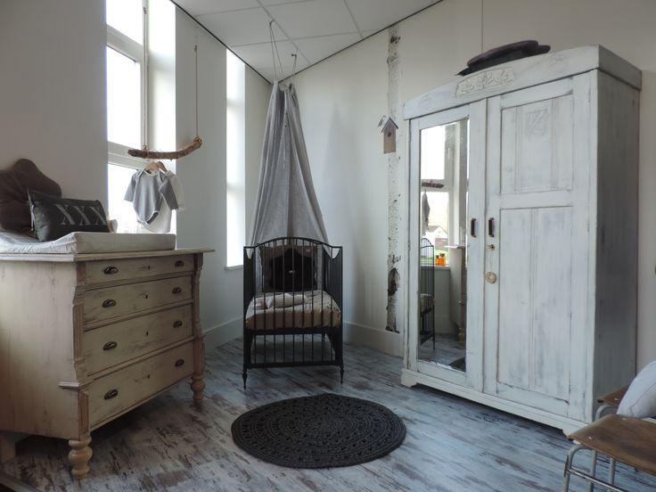 Super gave babykamer met stoer doorgeschuurde kast! www.nieuwedromen.nl