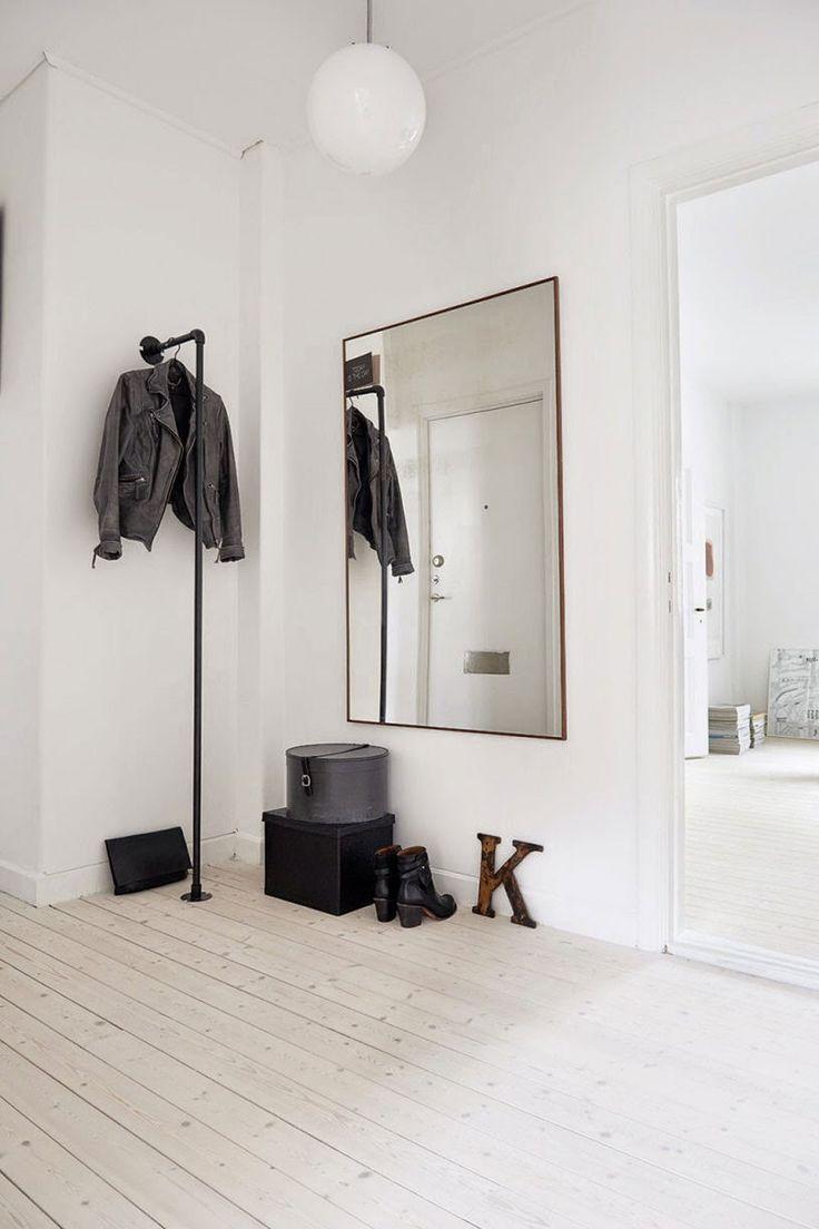 Proste lustro w białym minimalistycznym przedpokoju