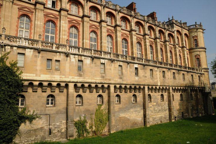 Dans l'ouest parisien, la chapelle du château de Saint-Germain-en-Laye accueille le 18 mai 1514 les noces du futur François Ier et de Claude de France. Le château, qui devient par la suite l'une des résidences favorites du roi, se verra remanié par l'architecte Pierre Chambiges qui transformera le château en palais Renaissance.