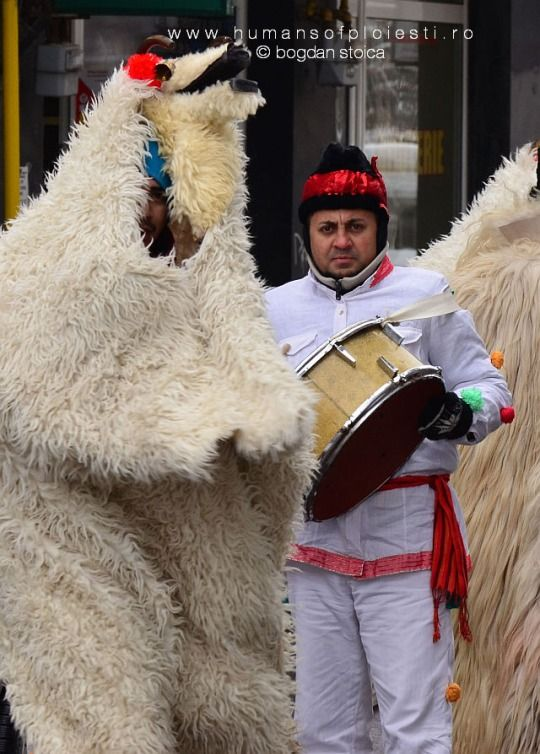 Acum ca a revenit iarna, asteptam din nou colindatorii si pe Mos Craciun :)  www.humansofploiesti.ro - enjoy the diversity