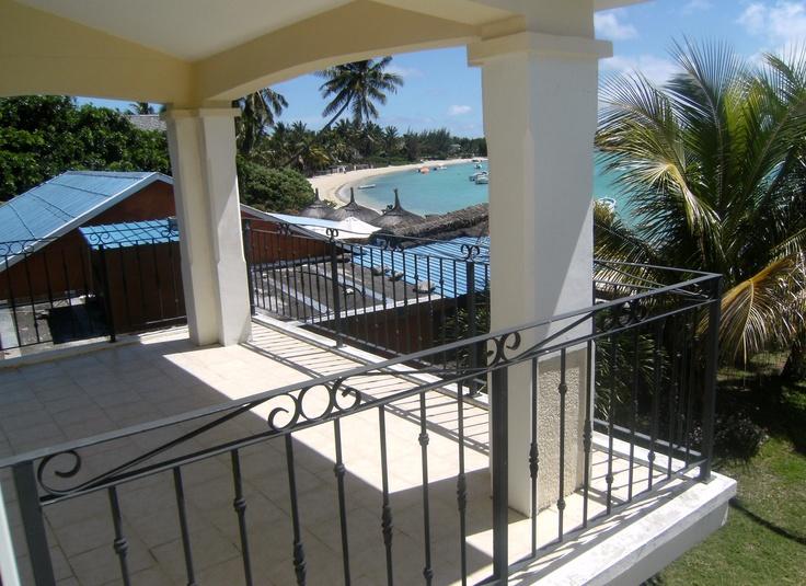 Das Apartment Andrea 1 gehört zu einer Anlage mit drei identischen Apartments in Grand Baie auf Mauritius Die Apartments liegen direkt am Strand; Einkaufsmöglichkeiten und kleine Restaurants befinden sich in der Nähe. Erdgeschoss: Wohnküche Gäste-WC 1 Schlafzimmer Badezimmer Terrasse Garten Obergeschoss: 2 Schlafzimmer Badezimmer Balkon Die Apartments / Ferienwohnungen sind komplett eingerichtet + Aircondition. Ab 120 € pro Apartment und Tag