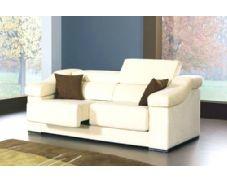 Este sofá destaca por la sencillez de sus líneas. Incorpora asientos deslizantes y cabezales abatibles para ofrecerle una mayor comodidad en sus momentos de descanso y relax. Puede elegir entre seis colores diferentes, según mejor se adapte a su hogar.
