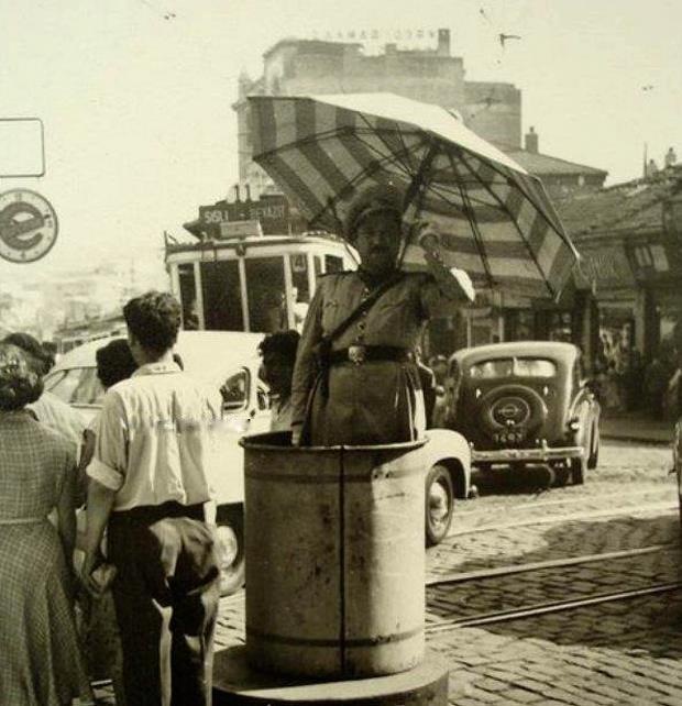 Trafik polisi Karaköy Meydan'da düzeni sağlamaya çalışıyor, 1950'lerin başları.