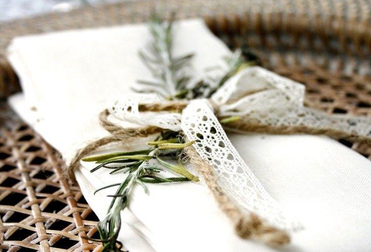 deco-mariage-champetre-sous-assiette-osier-rond-serviette-ruban-fil-branchette