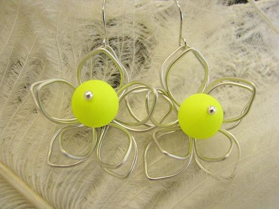 Ohrringe Neon Blüte. Ohrringe rhodinierte Blüte von Querbead, $26.00