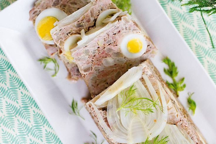 Bij het aansnijden zie je hoe mooi gekleurd hij is, dit lichte gehaktbrood - Recept - Allerhande