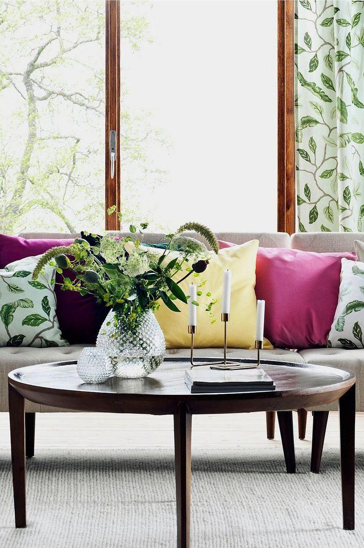 Stort soffbord i varma toner som har sin givna plats i vardagsrummet. Den förhöjda kanten ger en snygg detalj till det annars avskalade bordet.  Material: Trä. Storlek: Höjd 45 cm, ø 100 cm. Beskrivning: Runt soffbord i massivt mangoträ med en förhöjd kant. Skötselråd: Torkas med fuktig trasa. Tips/råd: Skapa ett stilleben att smycka bordet med genom att placera minst tre föremål i en grupp, gärna med olika höjder.