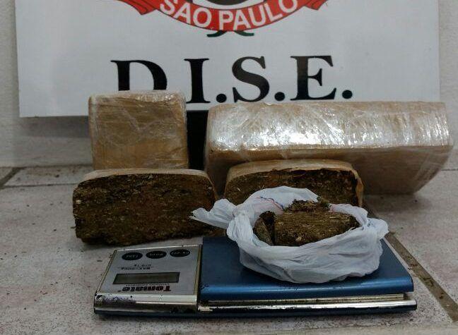 DISE apreende um quilo de maconha no Jardim Peabiru - Policiais Civis da DISE, Delegacia de Investigações Sobre Entorpecentes de Botucatu, prenderam um homem de 31 anos, suspeito de tráfico de drogas no Jardim Peabiru na manhã desta segunda-feira, 30. Diogo Alberto Pires foi detido na casa onde mora, na rua Rafael Lopes, depois de denúncias de que - http://acontecebotucatu.com.br/policia/dise-apreende-um-quilo-de-maconha-no-jardim-peabiru/