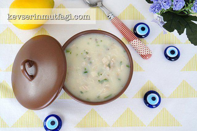 Ekşili Tavuk Çorba Tarifi - Malzemeler : Yarımtavuk göğsü, 1 subardağı tel şehriye, 1 yumurta sarısı, 1/2 limon suyu, 1 tepeleme yemek kaşığı un, 4 yemek kaşığı sıvı yağ, Tuz, 1 avuç kıyılmış maydanoz, 6 su bardağı + 1 çay bardağı oda sıcaklığında su.