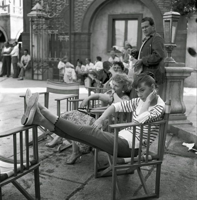 На студии Синечитта во время перерыва на съемках фильма «Война и Мир». Август 1955 г.   Источник: https://www.adme.ru/tvorchestvo-kino/20-redkih-fotografij-nepodrazhaemoj-odri-hepbern-1108560/ © AdMe.ru
