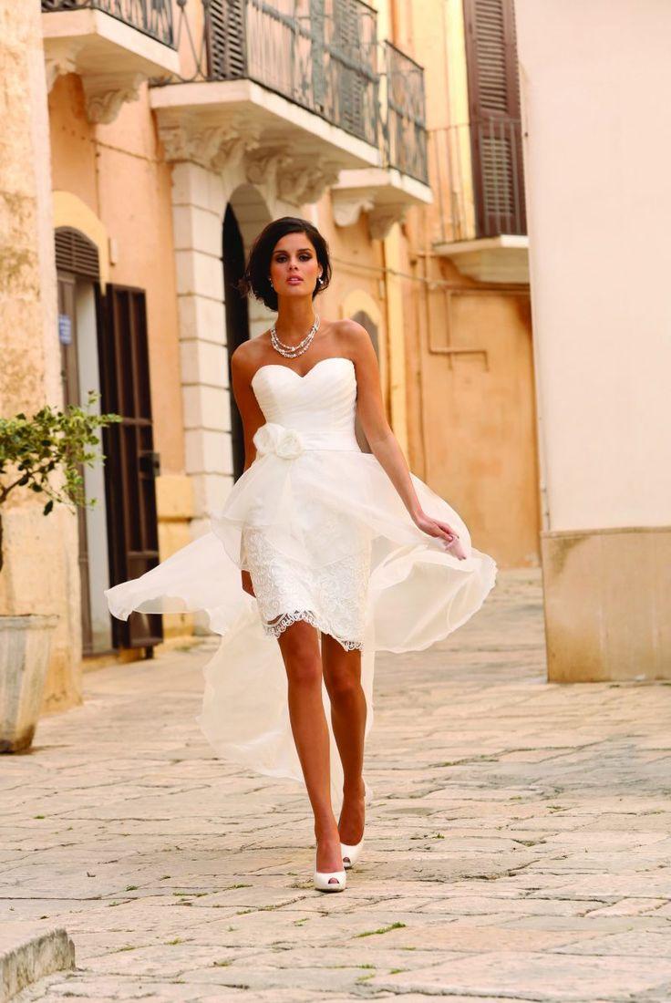 Klassieke, aparte of korte trouwjurken met open rug. Bij Assepoester hebben we massa's korte bruidsjurken. Vind de korte trouwjurk die bij jou past.