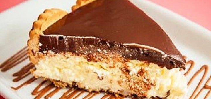 TORTA HOLANDESA DIET - CREME: 250g de margarina para bolo -200g de Adoçante Culinário -4 colheres (sopa) leite condensado diet (80 g) -600 ml de creme de leite light sem soro (3 latas) -1 colher (sopa) extrato de baunilha -1/2 colher de (chá) licor de cassis -1/2 pct de gelatina incolor (hidratada e dissolvida) BASE: -120 g de biscoito maisena ou Diet -  MONTAGEM LATERAL: -100 g de biscoito redondo.  - COBERTURA: -200 g de creme de leite -200 g de chocolate diet -10 g de margarina uso…