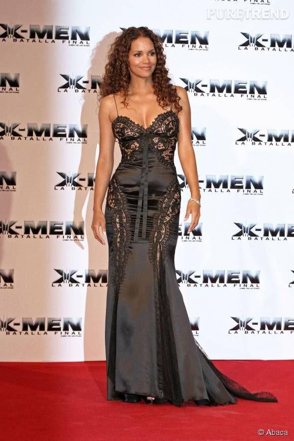 Halle Berry affiche son corps sculptural dans cette robe longue d'inspiration lingerie.