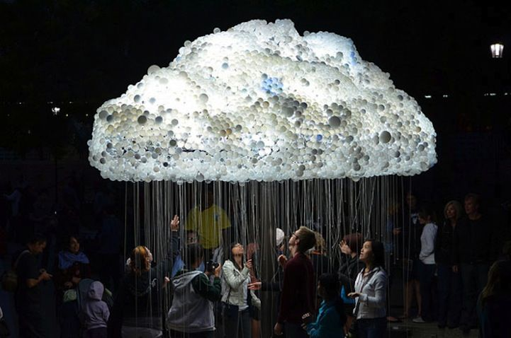 Nuit Blanche Calgary Çağdaş Sanat Festivali için sanatçıCaitlind R. C. Brown, bir makinist, bir müzisyen ve sanatçı Wayne Garrett'la birlikte sürreal bir bulut tasarladı. 5000 den fazla ampülden o...