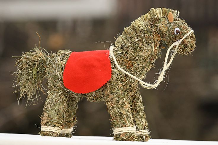 Koník ze sena Ručně vyrobený koník ze sena, v.30cm.Součástí výrobku je visačka certifikátu.