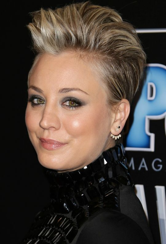 Kaley Cuoco's short hair and smoky eye makeup