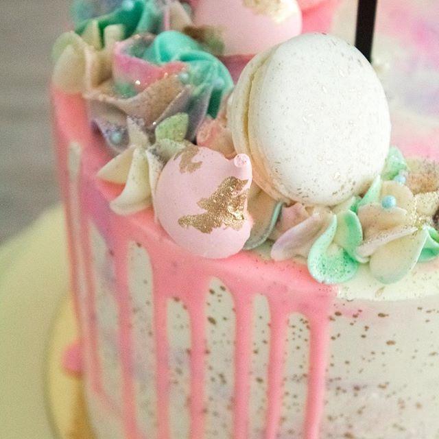✨ #bodas #fruits #rusticcake #wedding #bodas #rusticwedding #cake #dessert #desserttable #caketable #cakestand #bakery #events #weddingdecor #gold #redvelvet #reposteriamedellin #donuts #unicorn #unicorncake #magic #baptism #cakehomereposteria