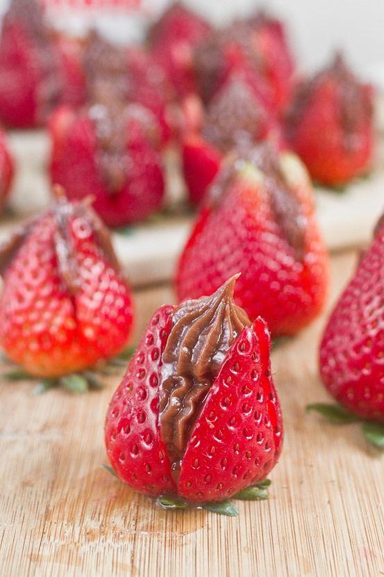 NutellaCheesecakeStrawberriesServing_thu