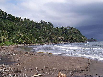 Plage de sable volcanique//Océan atlantique.//Dominique > Castle-Bruce