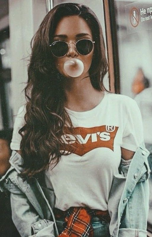 a chic way to wear levis t shirt