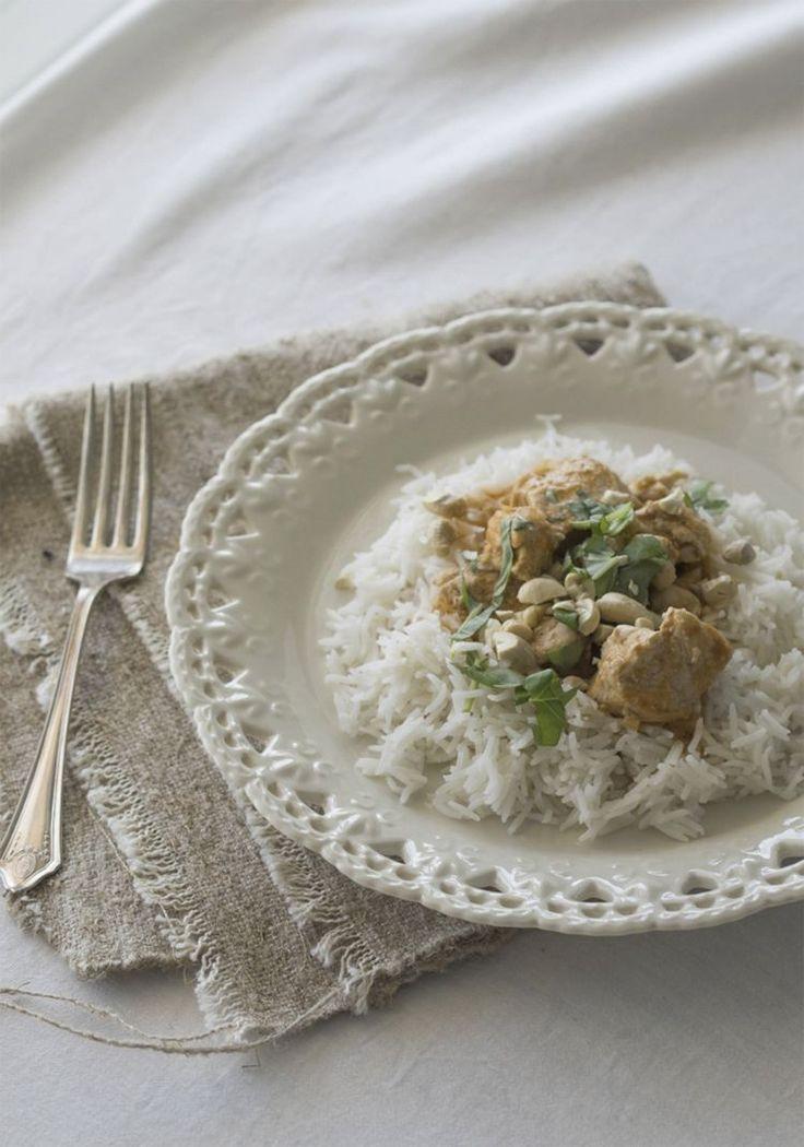 Le poulet korma est un plat de cari indien vraiment trop délicieux que mon mari adore. Je fais la marinade à base de yogourt, et même si traditionnellement on le cuisine avec de la pâte d'amande, je le fais sans (car Alex est allergique) et c'est tout aussi bon.