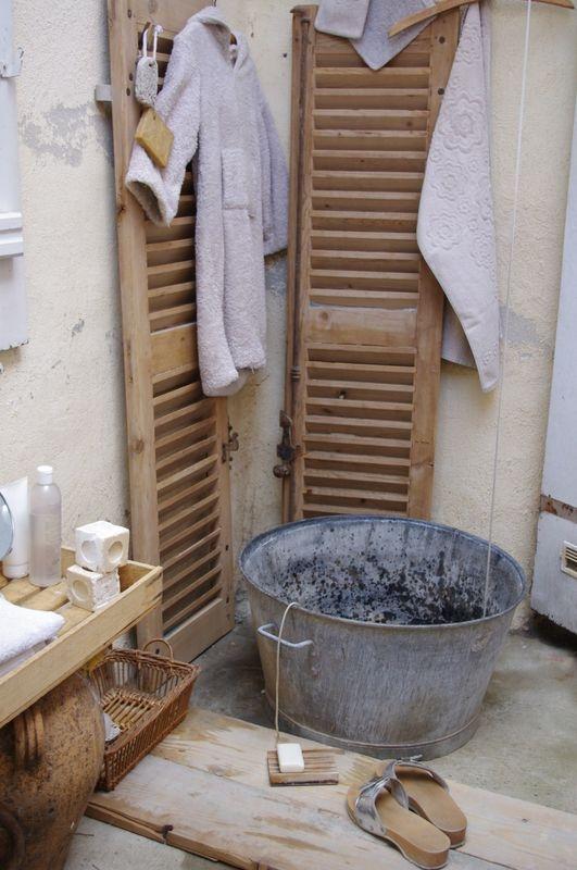 Les 79 meilleures images propos de persiennes sur for Meuble salle de bain avec porte persienne