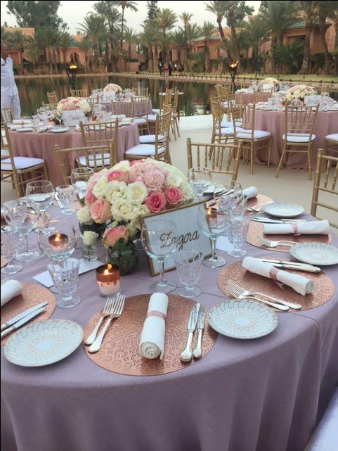 Centre de table sur nappe rose poudr mariage pinterest marrakech and weddings - Nappe rose poudre ...