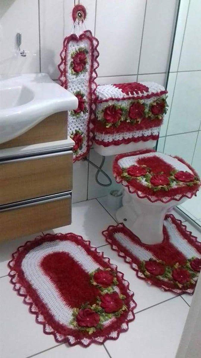 Jogo de Banheiro lindo feito em crochê com aplicação de flores e folhas! Ideal pra quem gosta de decorar com requinte e sofisticação. Quantidade de peças: 5 peças, sendo: - 1 tapete da pia - 1 tapete do vaso - 1 capa para tampa do vaso - 1 porta papel-higiênico com lugar para 3 rolos - 1 ...