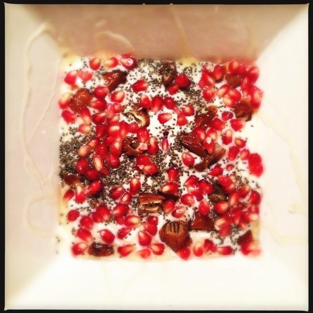 Yoghurt toetje met granaatappel, dadel en chiazaad - Francesca Kookt