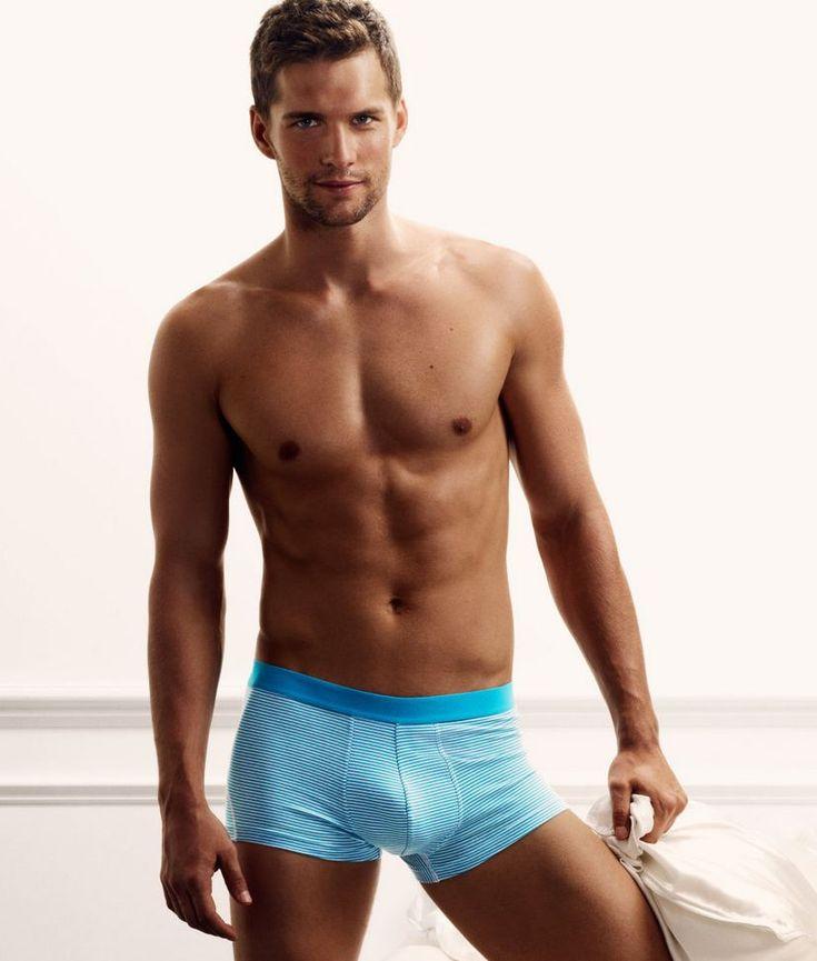 Aspettando la nuova sfornata di pacchi H&M firmata David Beckham, direi che possiamo serenamente rifarci gli occhi con Tomas Skoloudik, ex porno-modello BEL AMI (qui nudo ed eccitato), in passato già visto in slip per la campagna Armani Underwear, ed ora nuovo 'volto' della mutanda H&M. Ovvero come ricostruirsi una carriera, passando dal nudo porno …