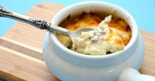 Куриная грудка в грибном соусе Ингредиенты: Куриная грудка — 1 шт. Шампиньоны — 250 г Натуральный йогурт — 1 стакан Лук — 1 шт. Оливковое масло — 1 ст. л. Соль, перец — по вкусу Приготовление: 1. Грибы и лук нарезать пластинками, обжарить в небольшом количестве масла на сковороде. 2. На куске филе сделать неглубокие …