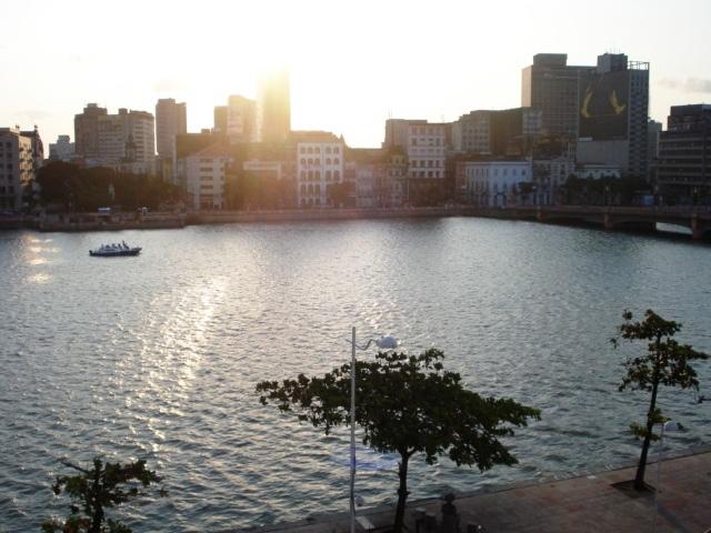 O sol tocando o rio dos cás do Paço da Alfandega para o Cás de Santa Rita