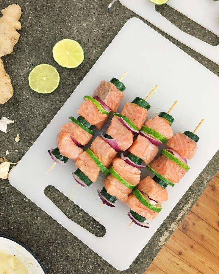 Ready to cook? Oggi abbiamo pubblicato su gnambox.com questi ottimi spiedini di salmone che abbiamo marinato con lime, zenzero e miele ❤️ Una super bontà!! Trovate il link diretto nella bio #infoodwetrust #keepcooking #foodie #recipes