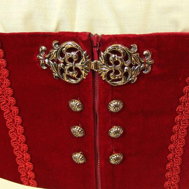 Sehr schönes edles Dirndl aus rotem Baumwollsamt, verziert mit Posamentenborte. Es ist vorne mit Reißverschluss und einer hübschen Schnalle zu schließen. Dazu gehören eine cremefarbene Bluse und...