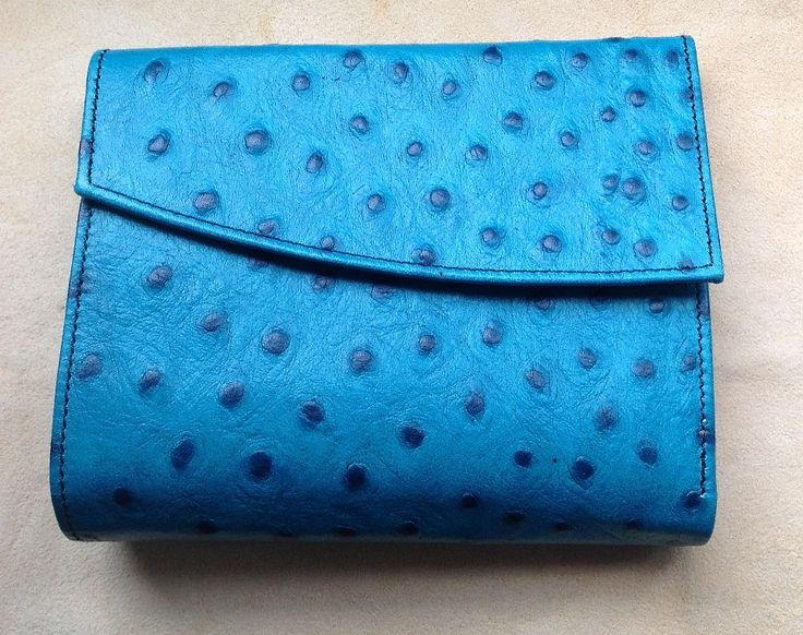 déqua - Geldbörse aus geprägtem Leder mit angeschrägtem Überschlag, Straußenlederprägung türkis. Mit der Größe von 13 x 10,5 cm ist der vorliegende Geldbeutel ein klassisches, ausgesprochen handliches Modell, das in jede Handtasche passt.
