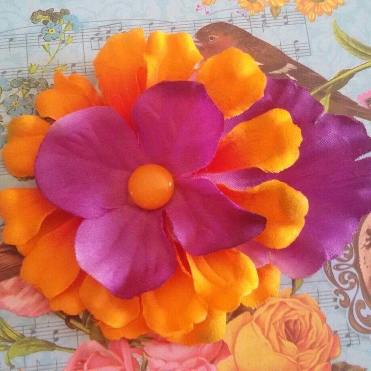 Benvenuta estate!Fermaglio per capelli e spilla, per rendere unico il vostro stile!  Questo accessorio è realizzato a mano♡#capelli #hair #fiore #flower #orange #arancio #purple #viola #violet #clip #FridaKahlo #pinup #rockabilly #summer #estate