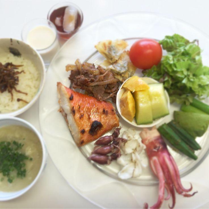 """Dr. Yumi Nishiyama's """"The Original Diet Plate"""" for beauty & health from japanese doctor‼️  Clockwise eating healthy foods from 12 o'clock on a large plate❣️  2016年3月29日の「ドクターにしやま由美式時計回り食べダイエットプレート」:女性医師が栄養バランスを考えた、美味しいプレートのご紹介。  大きめのプレートに、血糖値を急激に上げないように考えた食材を並べ、12時の位置から順番に食べるとても分かり易い方法です。  血糖値を上げないこの食べ方は、身体に優しく栄養補給ができるので健康を維持できます。オリジナルの⭐️西山酵素⭐️も最後に飲みます。  ⭐️美女のスイッチ⭐️⭐️時計周りに食べなさい⭐️の西山由美医師の本もAmazonで購入可。  http://www.momohime-medical.com  #ダイエットプレート #dietplate #にしやま由美がセミナーも開催 #食べて痩せるプレート…"""