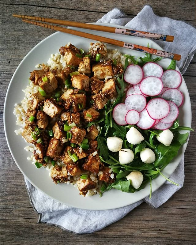 Tofu Hoy Tengo Para Comer Este Plato De Tofu Marinado En Miel Y Sésamo Con Arroz Integral Y Ensalada Estos Pl Healthy Recipes No Cook Meals Homemade Recipes