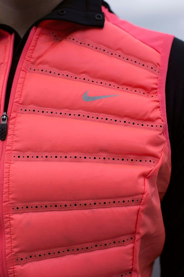Layer it. Run in it. Task it with serious warmth. Conquer the winter cold in the Nike Aeroloft Vest.